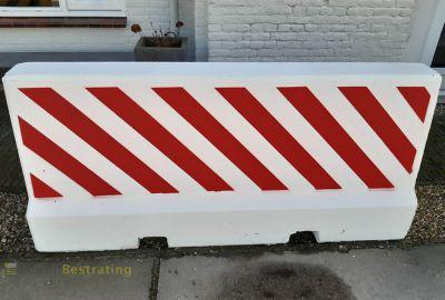 Betonnen barrier rood wit vangrail voertuig kerend systeem