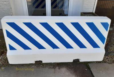 Betonnen barrier blauw wit vangrail voertuig kerend systeem