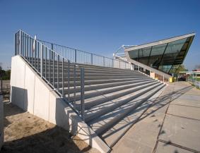 Keerwanden langs trappen tribune voorbeeld